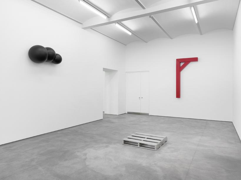 Courtesy Sprueth Magers Berlin. Robert Therrien. Installation view 2011