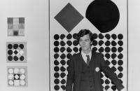 ZADIK_sediment Hans Mayer vor Bildern von Josef Albers, April/Mai 1965 Foto: Galerie Hans Mayer Archiv Galerie Hans Mayer, Düsseldorf