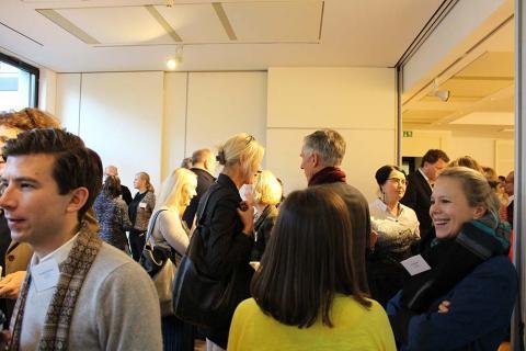 Umtrunk und Networking, die Gäste setzen den Dialog in persönlichen Gesprächen fort