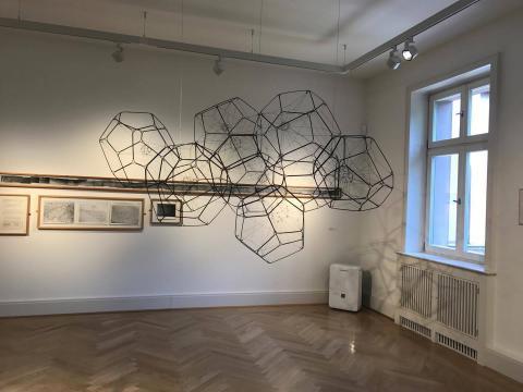 """Ausstellungsansicht """"Zwischen Räumen"""" ZKR - Schloss Biesdorf © BVDG"""