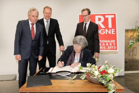 ART COLOGNE-Preisverleihung im Historischen Rathaus Köln. Anny De Decker trägt sich in das Goldene Buch der Stadt Köln ein.