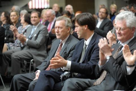 AC-Preis 2011 Michael Werner © Koelnmesse. Michael Werner, Julius Werner und Laudator Sean Rainbird (vorn v.l.n.r.) während der Grußworte von Klaus Gerrit Friese im Historischen Rathaus.
