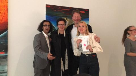 Mari Männistö, Galeristin der Helsinki Contemporary empfängt Gastgeschenke