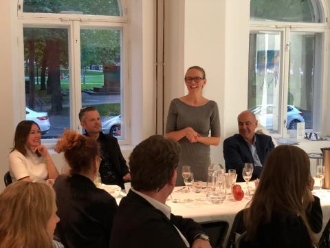 Mikaela Jaanti (AHK Finnland) begrüßt die Gesellschaft