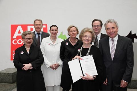 AC-Preis 2010 © Koelnmesse. V.l.n.r.: Bärbel Grässlin, Gerald Böse (Koelnmesse GmbH), Sabine Grässlin, Karola Kraus geb. Grässlin, Anna Grässlin, Klaus Gerrit Friese (BVDG), Jürgen Roters (Oberbürgermeister der Stadt Köln).