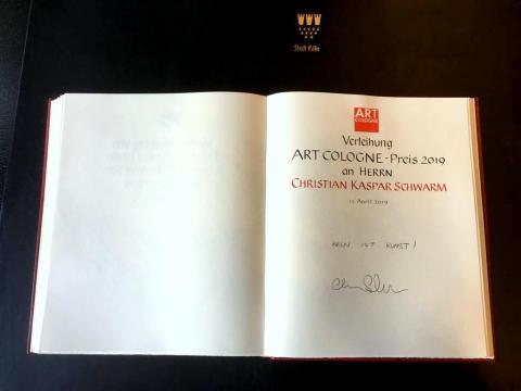 Verleihung des ART COLOGNE-Preises 2019. Eintrag Christian Kaspar Schwarms in das Goldene Buch der Stadt Koeln